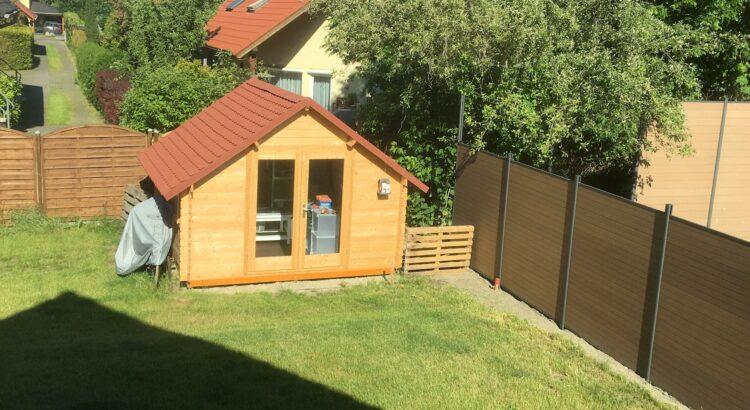Gartenhaus und Schutzwand